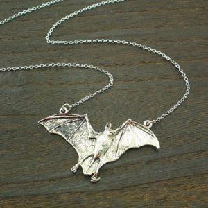 colar de prata antigo do dia das bruxas batman jóias inspiradas em vampiros R$50,00 FRETE GRATIS  CADASTRE-SE no SITE www.DUGEZZU.com.br e Boas Compras
