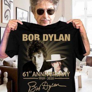 CAMISETA Bob Dylan 61º aniversário 1959-2020 Signature T Shirt Instagram.Com/Dugezzu A SUA LOJA VIRTUAL ALTERNATIVA NA INTERNET ACESSE E BOAS COMPRAS, AGORA COM PAGSEGURO ANTECIPE SUAS COMPRAS…FRETE GRATIS Comprar Em Www.DUGEZZU.Com.Br Ou No Seu CELULAR Zap 67 9999-9-5555 Ou AQUI Na LOJA EMPRESA – FONE/ZAP 67 9999-9-5555 Facebook.Com/Dugezzurockshop/ QUER VER TODOS OS PRODUTOS ANTES DE COMPRAR Www.Facebook.Com/Dugezzu/Photos_all ………. FRETE GRATIS